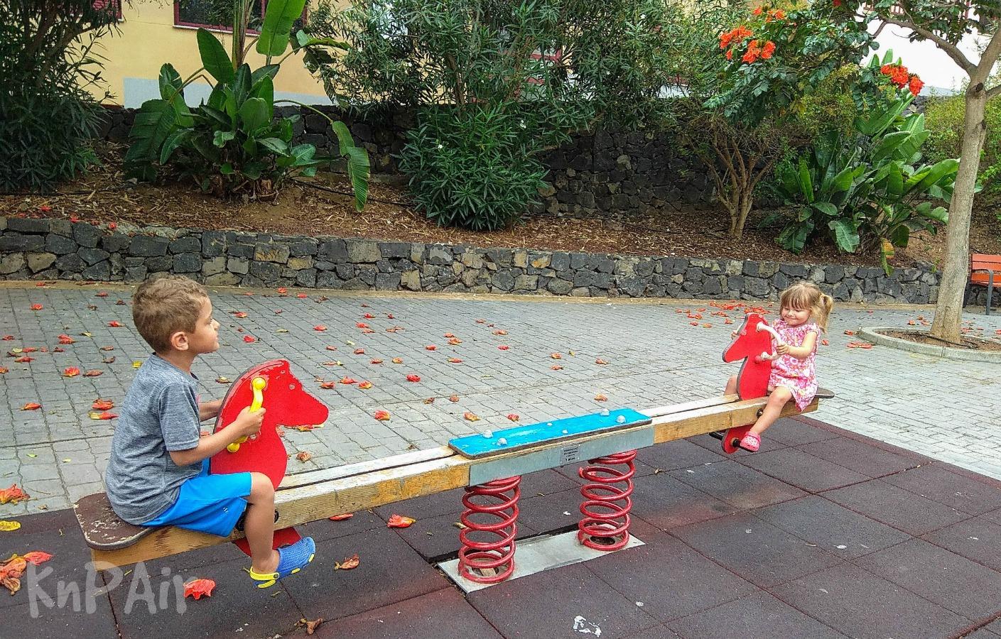 на детской площадке с детьми