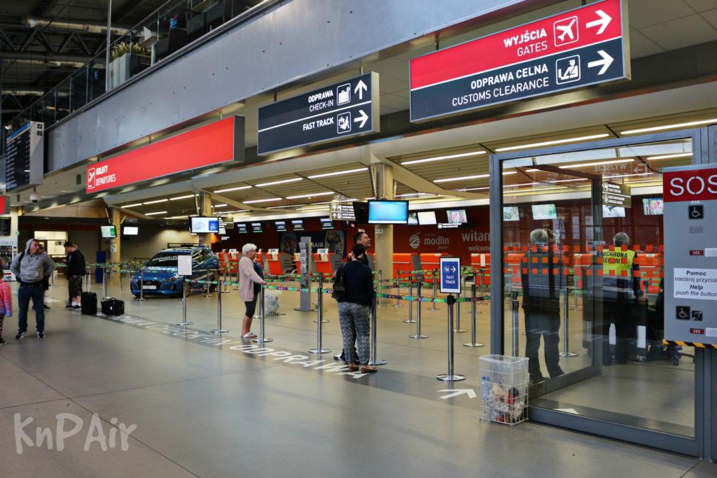 stoiki-registracii-aeroport-modlin