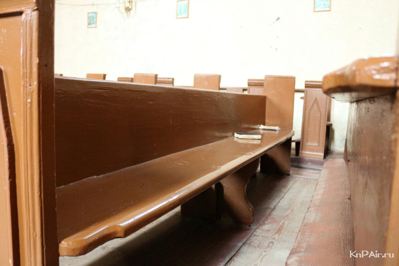 katolicheskij-kostel-lavochki