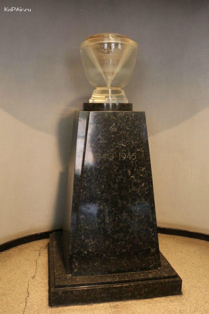 aushvic-musej-urna-s-peplom
