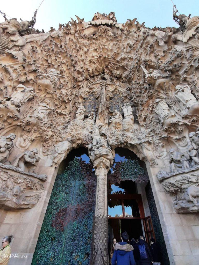 hram-svyatogo-semejstva-glavnyi-vhod