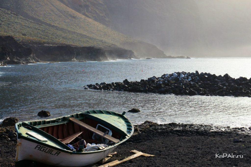lodka-na-beregu-okeana